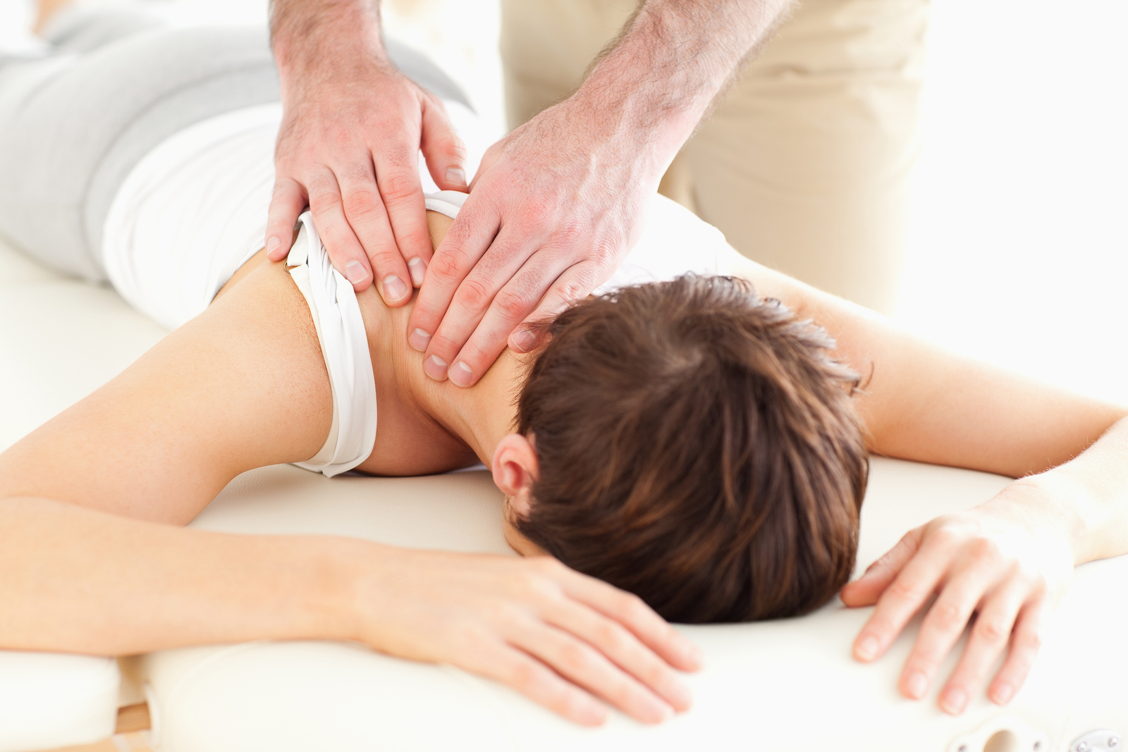 woman receiving fibromyalgia treatment from her chiropractor in dallas, TX